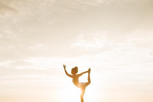 Benefícios dos exercícios físicos e da ioga a saúde e redução de estresse.